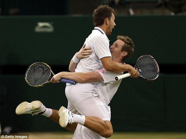 Choque: Marray e o dinamarquês Frederik Nielsen foram os inesperados vencedores de duplas em Wimbledon no ano passado.