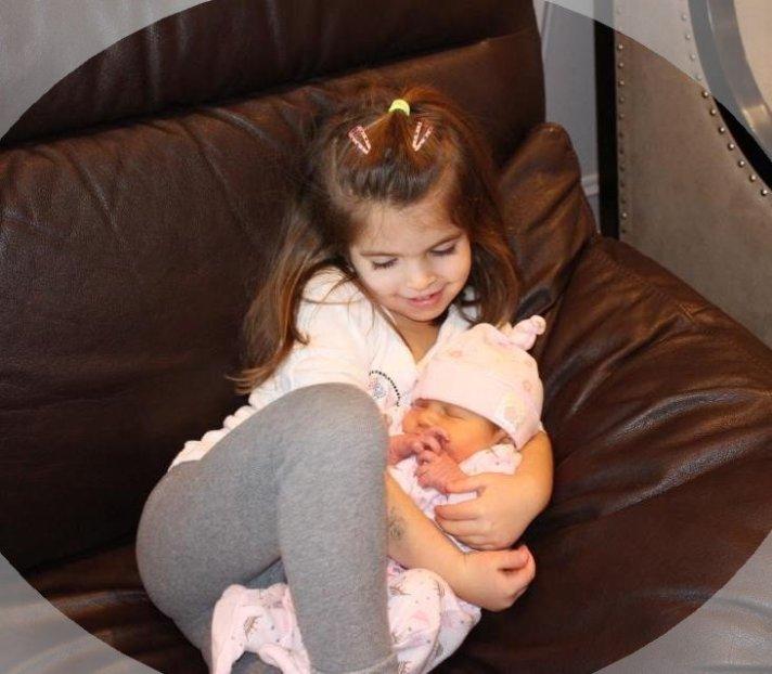 Tiana ama a nova irmãzinha.